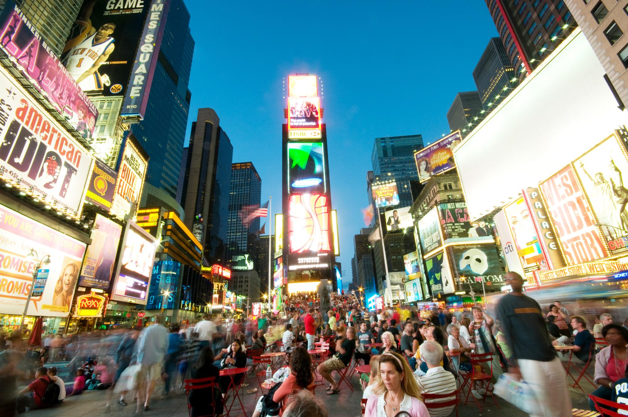 Multitud de personas deambulan por Times Square de Nueva York