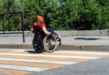 Bordillo y silla de ruedas